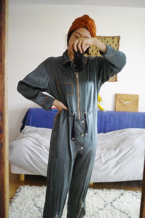 (Style-2) 不好意思這也是連身衣唷。這是日本的品牌 FUMIKA_UCHIDA,它是參考經典的 Flight Suit 製作而成的,當我想振奮精神時,都會特別穿這件來當我的戰服。(特別是在不特別的日子裡,但又想要變得特別的時候就會穿這件。) 這種類似嫘縈或沙典的材質摸起來非常舒服,也因為穿著這種軍裝戰服,我會搭配相反的素材─蕾絲頭巾,可惜沒辦法在室內沒辦法穿鞋子跑跑跳跳!