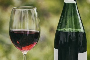 Pour aérer le vin, verser un verre