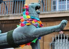 statue-yarn-bombing