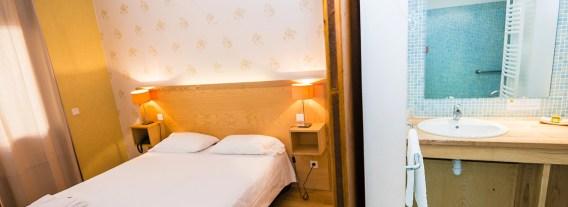 Chambre mobilité réduite et salle d'eau - Hôtel *** le Chalet à Ax les Thermes en Ariège Pyrénées