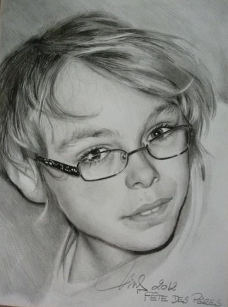 Garçon au crayon gris
