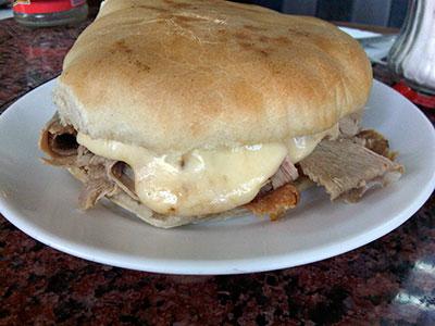 Lomito Diplomático: lomito con queso derretido