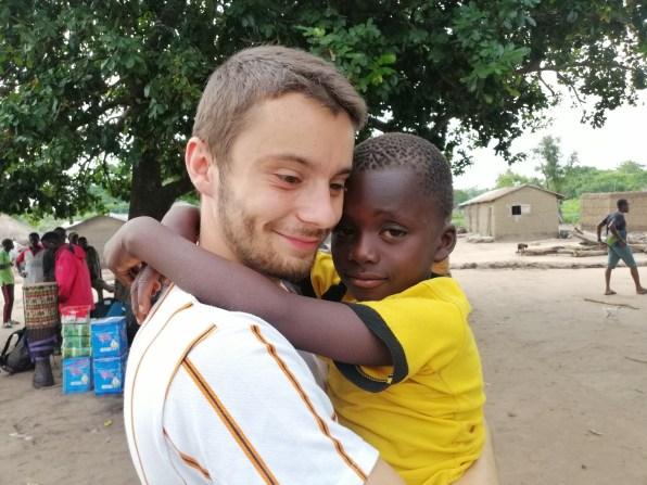 Baptiste et Brissi, la petite fripouille du village !