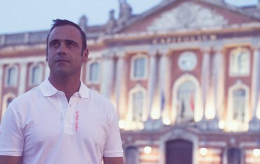 """Devant le Capitole, en polo """"le polo occitan"""""""