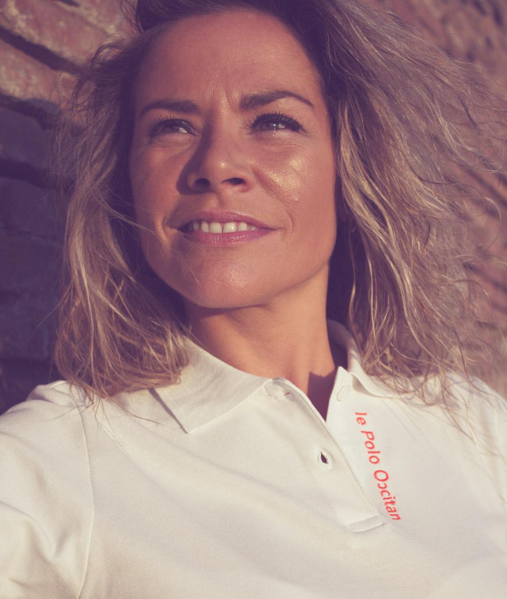 """Portrait de femme portant un polo blanc """"le polo occitan"""""""