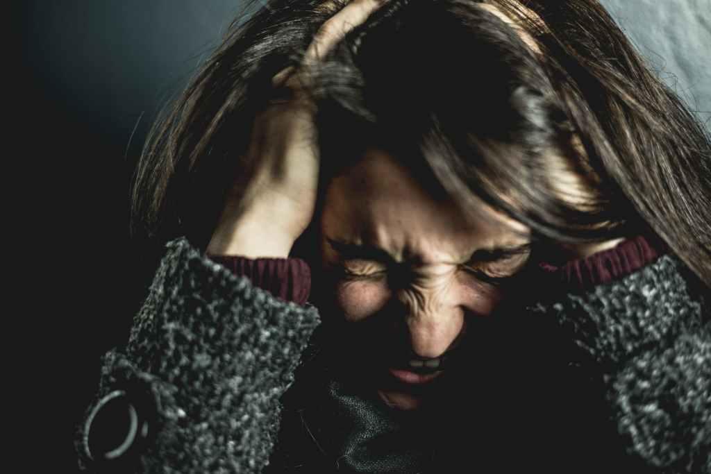 Femme qui se tien la tête à cause de migraines