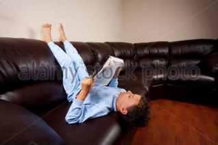 Lecture sur le canapé, à l'envers