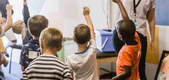 enfants dans une salle de classe