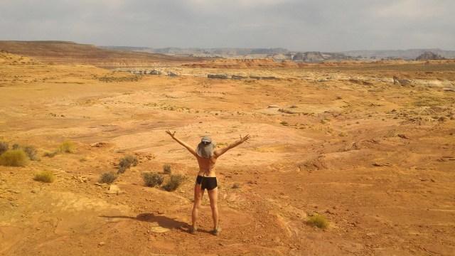 Femme décidée à traverser le désert