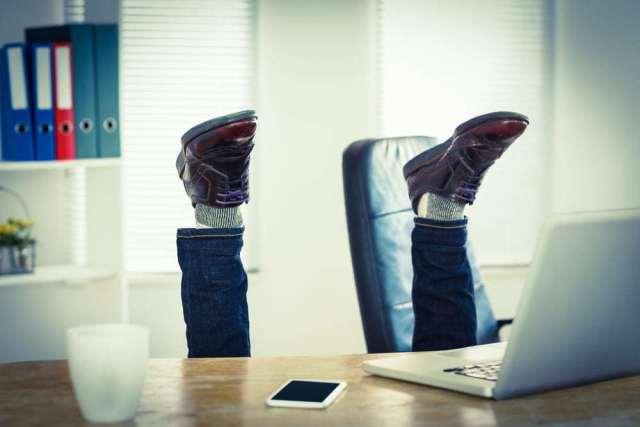 homme qui tombe de son siège de bureau