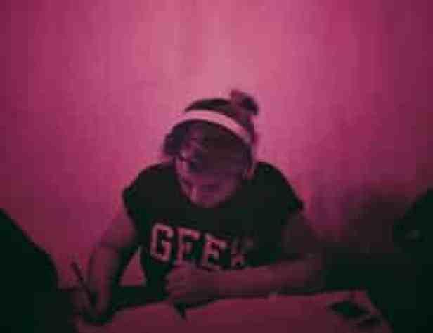 fille avec un casque pour les devoirs