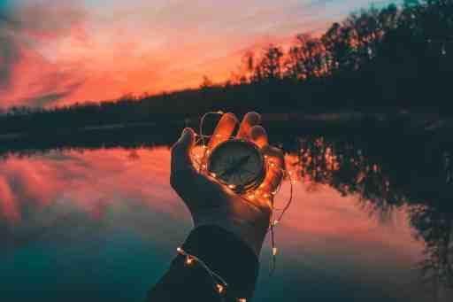Main tenant une boussole