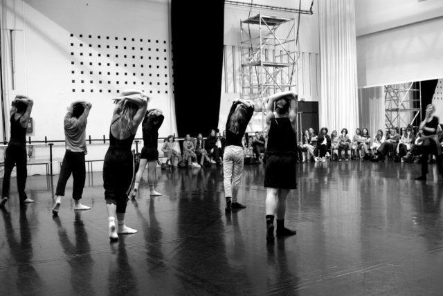 Les danseurs de BNM Next, la compagnie junior du Ballet, répètent en public.
