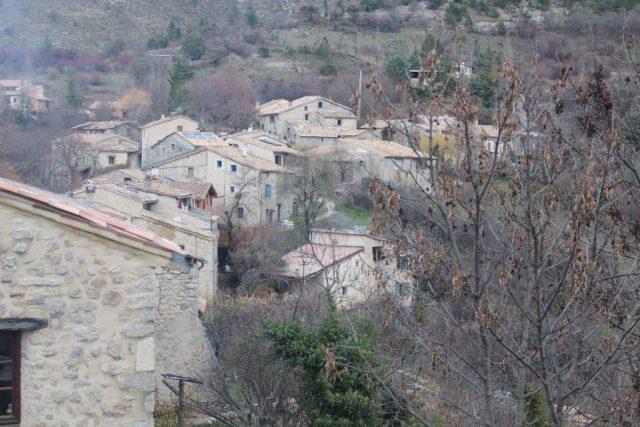 village de haut avec arbres