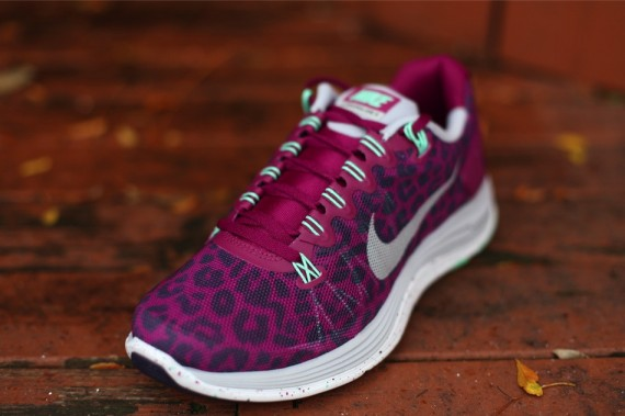 nike-wmns-lunarglide-5-ext-red-purple-3-570x379