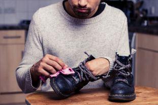 革靴の汚れをふき取る