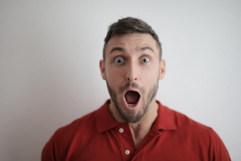 Homme manifestant la surprise