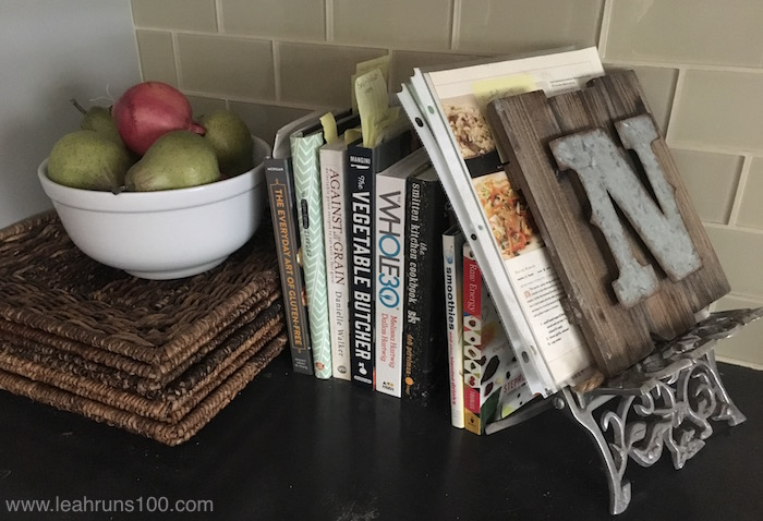 "Cookbooks and decorative ""N"" with paper recipes in the Nyfeler kitchen"