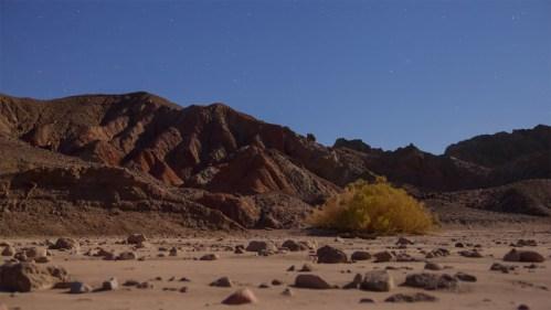 Montañas y río seco