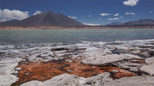 Montañas, piedras y laguna