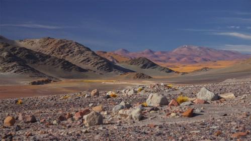Cerros, piedras y nubes