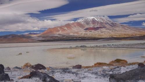 Laguna y volcán