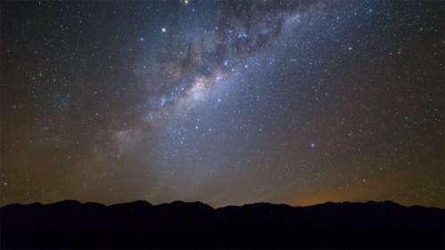 Vía Láctea, nubes y montañas