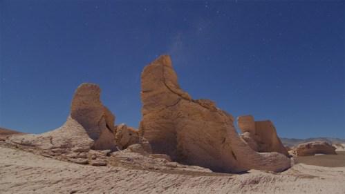 Formaciones de piedra volcánica y Vía Láctea