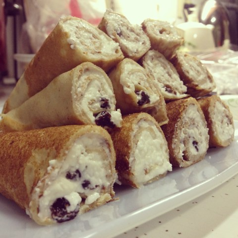 Crepes stuffed with cottage cheese and raisins