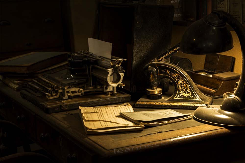 desk-lamp-typewriter-antique-swanhill