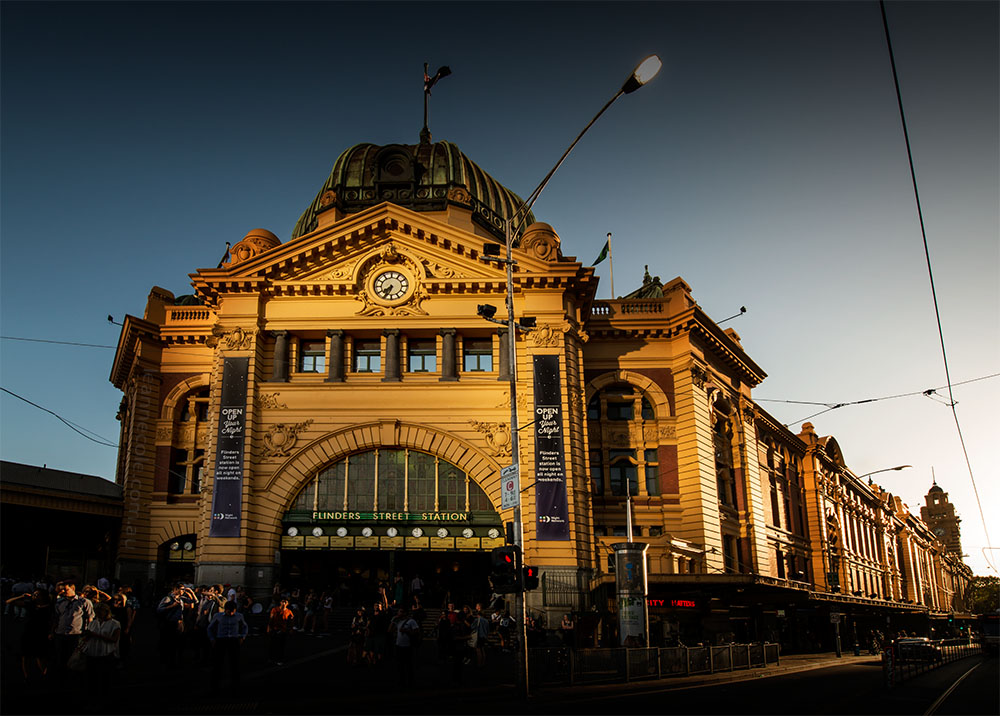 flindersstreetstation-afternoon-sun-shadows-melbourne