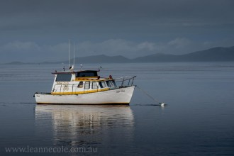 strahan-tasmania-boats-harbour-lighthouse-2675