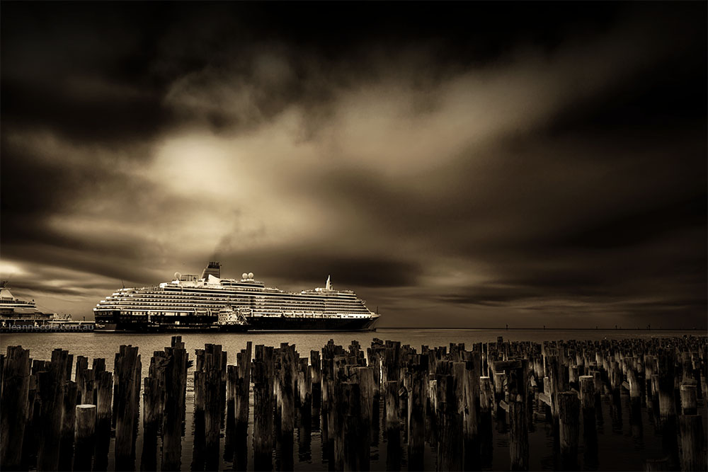 queen-victoria-ship-princespier-monochrome