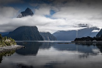 milford-sound-bottom-ground-newzealand