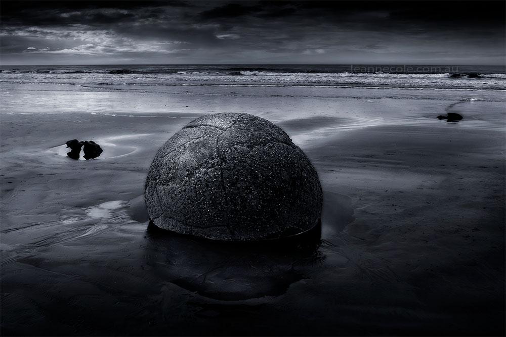 moeraki-boulders-newzealand-monochrome-beach