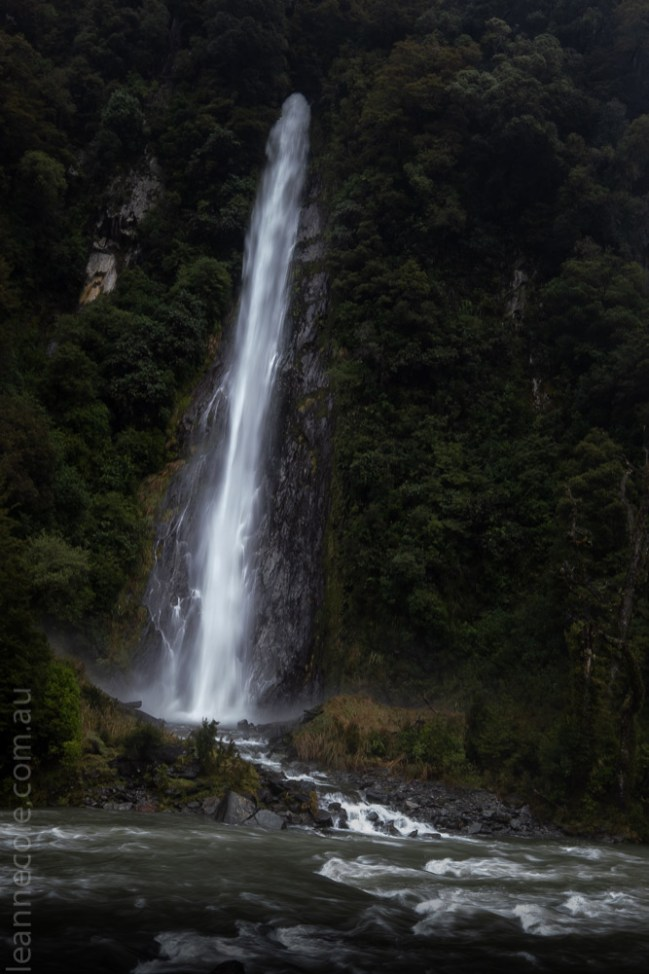 road-wanaka-lakes-waterfalls-newzealand-9528