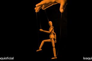 Manipulação mão manipulando uma marionete