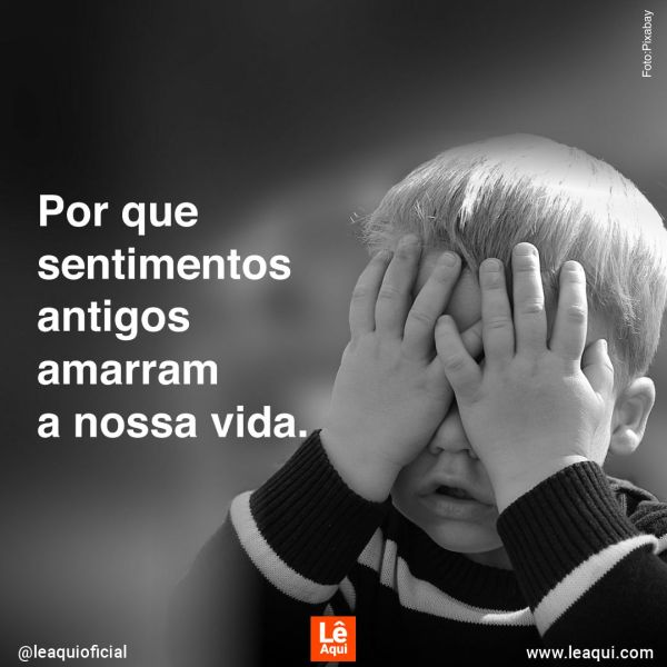 """Criança cobrindo o rosto com as mãos e a inscrição """"Por que sentimentos antigos amarram a nossa vida"""""""