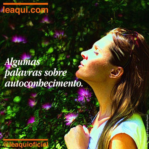 Mulher em jardim florido com olhos fechados, compenetrada em absorver algumas palavras sobre autoconhecimento.