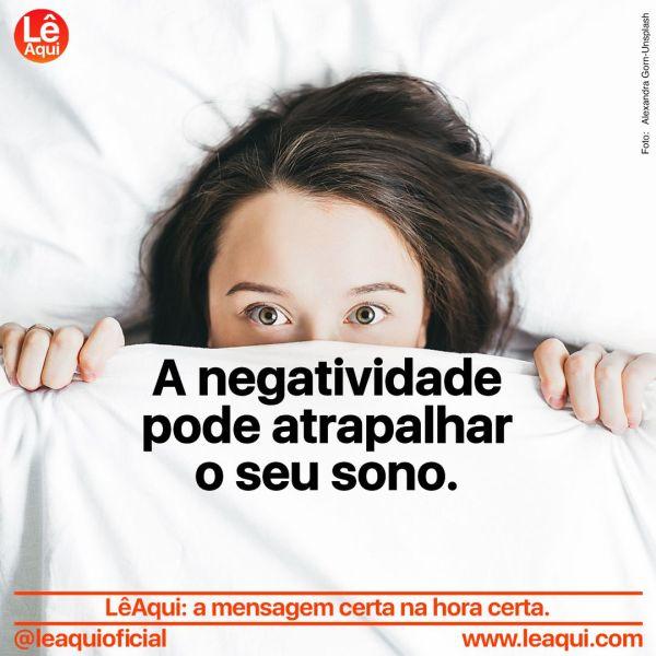 """Mulher deitada, olhos arregalados, segurando um lençol até o nariz e a inscrição """"A negatividade pode atrapalhar o seu sono"""""""