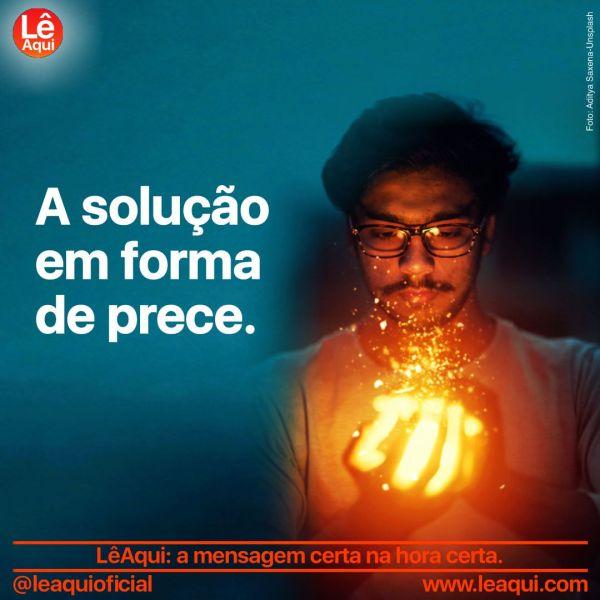 """Homem com as mãos sobrepostas em concha e os dedos iluminados por uma intensa luz, como se segurasse uma poderosa energia, e a inscrição """"A solução em forma de prece"""""""