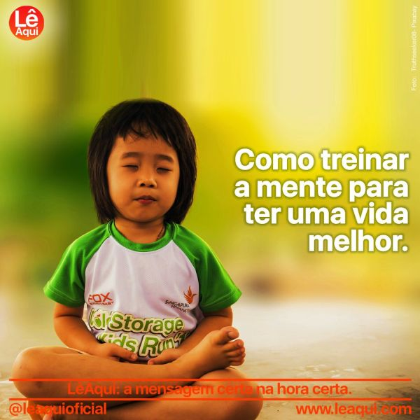 Criança sentada em posição de meditação para treinar a mente.