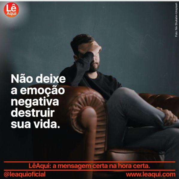 Homem sentado em sofá cobrindo o rosto com a mão porque percebe que a emoção negativa destruir sua vida.