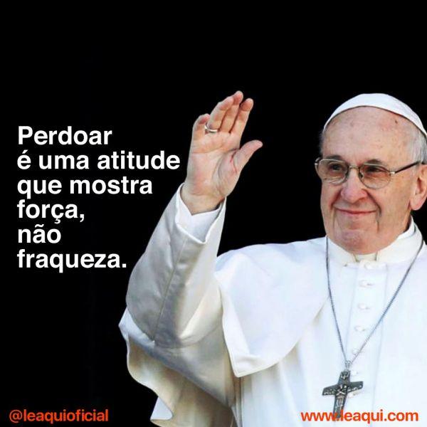 """Imagem do Papa Francisco sorrindo e acenando, com a inscrição """"Perdoar é uma atitude que mostra força, não fraqueza"""""""