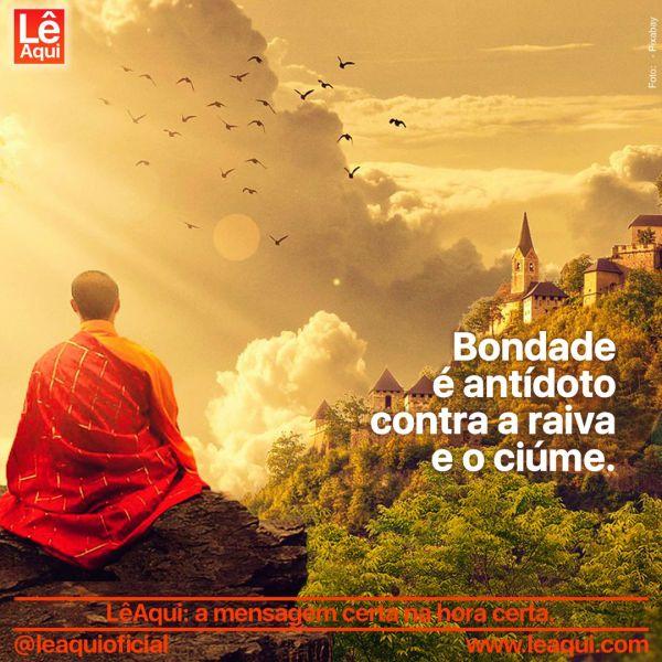 Monge  sentado numa rocha, meditando sobre a bondade, observando pássaros voando entre as nuvens e um mosteiro na encosta.