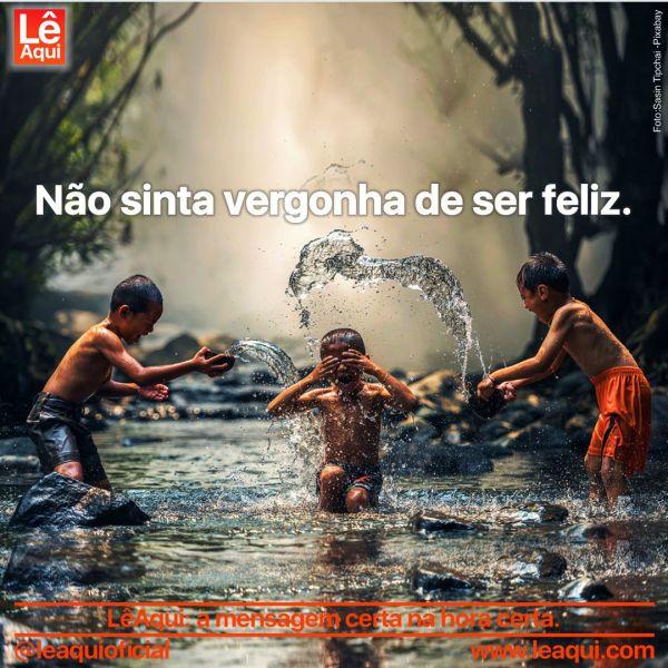 Crianças brincando às margens de um rio, sem vergonha de ser feliz