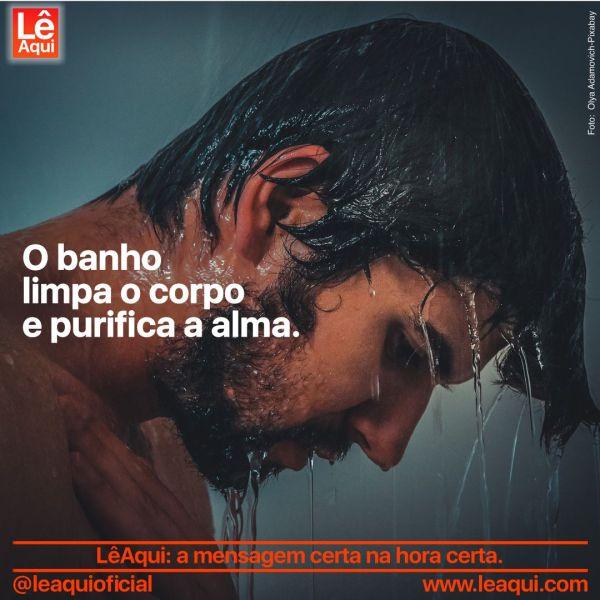 Cabeça de homem com água do banho escorrendo pelo rosto e legenda que banho limpa o corpo e purifica a alma