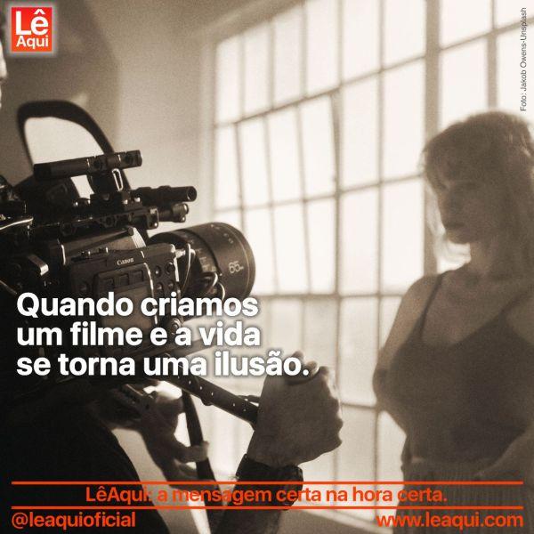 Mulher participando de filmagem, mostra que a vida se torna uma ilusão.