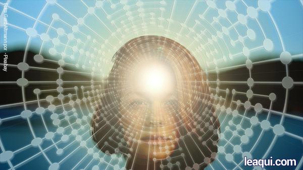 Rosto de mulher por trás de uma rede energética, indicando que o pensamento cria a sua vida.