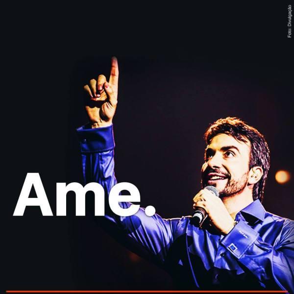 """Pe. Fábio de Melo ao microfone, olhando e apontando para o alto, e a inscrição """"ame"""""""